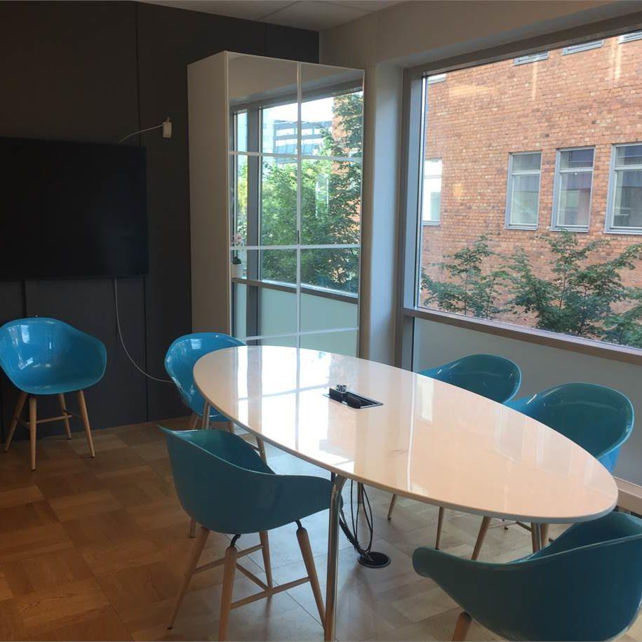 Vy över konferensrum med turkosa stolar